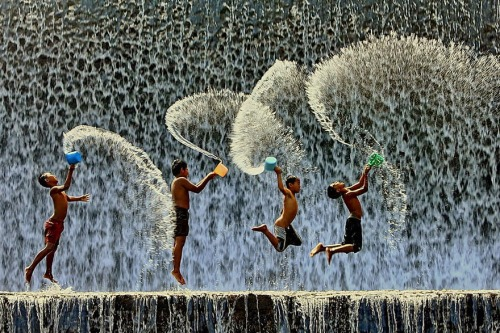 30 Amazing Photos of Kids Playing Around the World